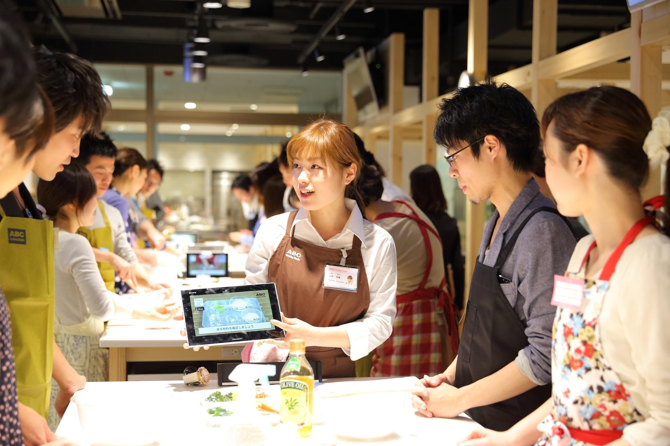 ABC Cooking Studio、男女100人を集めた料理コンイベントを開催。