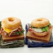 ルサンパーム、東京駅限定ドーナツサンドイッチの新作「ハム&ブルーチーズ」を発売。10月30日からグランスタダイニング店にて販売開始。