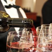 FBエンターテインメント、「レンタルソムリエ」サービスを11月10日より開始。JSA認定ソムリエがイベントやパーティーでワインをサーブ。