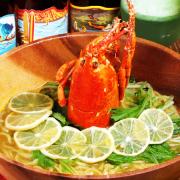 新宿のリアル砂浜バー「AleeBeach(アリービーチ)」から冬の新メニューが登場。オマールエビの頭を1匹分使用したダシが中太麺にからむ「ハワイアンラーメン オマール海老のサイミン」を1日15食限定で提供。