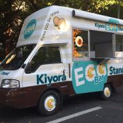 ブランドたまご「きよら グルメ仕立て」使用のメニューを提供する移動販売「Kiyora EGG Bar Stand」を11月8日~12月7日渋谷エリアで期間限定オープン。 舟山久美子さんと大倉士門さんが1日店長として来店。