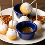 ハードロックカフェ、ディップして楽しむ「ドーナッツ ロリポップ フォンデュ」など春の特別メニューを期間限定で提供開始。