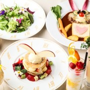 アリスやヴァンパイアがテーマの個性派レストランに、うさぎやカラフルたまごがモチーフの「ハッピーイースター」メニューが登場。