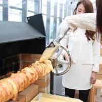 バームクーヘン専門店でドイツ伝統手法のまるごと1本焼きを体験できるプランがスタート。