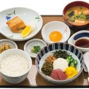やよい軒、納豆やとろろなど8種類の具材を混ぜて楽しむ「おまぜ定食」を6/16より販売。