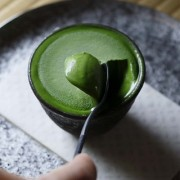 老舗茶屋・京都利休園、信楽焼の器入りプレミアム宇治抹茶アイスを500セット限定販売。