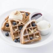 サラベス、「ブルーベリーチーズケーキ・ワッフル」を8/5~9/23の水曜日限定で提供。