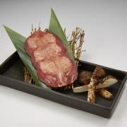 牛角、松茸を牛タンで巻いて食べる「松茸の牛タン巻き」など秋限定メニューを9/16より提供開始。