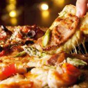 ドミノ・ピザ、ローストポークやビスクソースなどこだわりの4種をトッピングしたクワトロピザを発売。