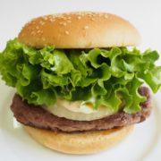 フレッシュネスバーガー、黒毛和牛100%バーガーにボルシチやビールが付く大人向けセット発売。