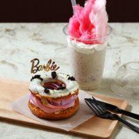 ピンクファーをまとったシェイクなど、バービーをイメージしたスイーツカフェ期間限定オープン。