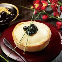 パブロプレミアムカフェ、黒蜜ソースをかけて食べる「黒豆×きなこ」タルトをお正月限定で提供。