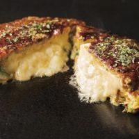 カマンベール丸ごと1個を使用したお好み焼き、道とん堀チェーンに新登場。