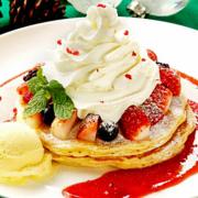 クア・アイナ、雪化粧をしたクリスマスツリーのようなパンケーキを期間限定販売。
