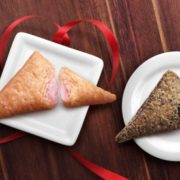 """マクドナルド、三角チョコパイに""""いちご味""""が新登場。フリーズドライいちごで甘酸っぱさをプラス。"""