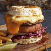 カマンベールチーズがバンズ代わり、チーズまみれの冬限定バーガーがJ.S. BURGERSに登場。