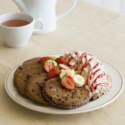エッグスンシングス、バレンタイン向けチョコレートづくしのブラウニー風パンケーキを期間限定提供。