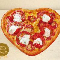ピザーラ初のハート型ピザが誕生。注文で、ハーフアップルパイのプレゼントも。