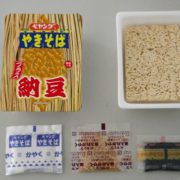 後がけ納豆が新しい、ぺヤング「ソース焼そば」に「プラス納豆」登場。セブングループ限定販売。