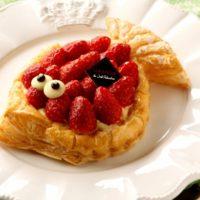 フランス流エイプリールフールが流行の予感、ロブションに苺を乗せた「魚形のパイ」が登場。