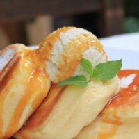 ふわふわ食感が人気の「幸せのパンケーキ」が沖縄初出店、ウミカジテラス内にオープン。