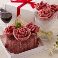 牛角、お祝いに最適な「肉ケーキ」と「肉ブーケ」を通年メニューに導入。
