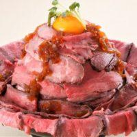1ポンドの和牛ローストビーフが爆盛り「メガローストビーフ丼」が誕生。
