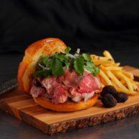 黒トリュフとローストビーフの贅沢ハンバーガーが期間限定価格に、ミッドタウンのビストロがイベント開催。