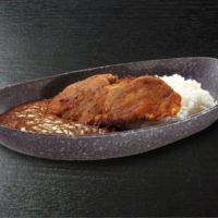 珍魚やイカの耳、マグロ頭肉などのフライを豪快に乗せた「シャリカレー」をくら寿司が限定販売。