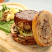 """バンズなしバーガーの究極、豚バラ肉ではさんだ""""肉のミルフィーユ""""バーガーが期間限定で登場。"""