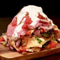 """【肉食】今度はナチョスが""""マウンテン""""状態、ローストビーフ肉祭りの有名店「クロスカーサ」の新作。"""