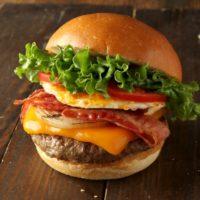クア・アイナ初ベーコンエッグバーガー、選べる2種の厚切りチーズで期間限定発売。