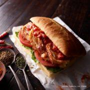 スパイシーな「ケイジャンチキン」パニーニなど夏の新作サンドがエクセルシオールカフェに新登場。