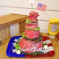 アメリカンスタイルのビストロから高さ約30cmの「肉ケーキマウンテン」発売。店長こだわりの味。