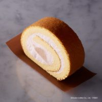 エクセルシオールカフェ、国産桃のロールケーキが新登場。大きめにカットした桃をふわふわ生地でロール。