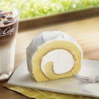 """マックカフェに""""ふんわり""""しっとり「贅沢ロールケーキ」が新登場。北海道産の純生クリーム配合。"""