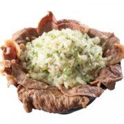 """肉めし界の""""二郎""""的なドカ盛り「ねぎ塩牛しゃぶめし」誕生、「岡むら屋」で期間限定提供。"""