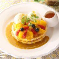 クア・アイナ、豪華な見た目と贅沢な味わいが楽しめる「マンゴーとマスカルポーネのパンケーキ」発売。