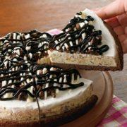サーティワンに「アイスクリームピザ」が新登場。ブラウニー生地を手づかみして食べる新感覚アイス。