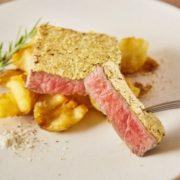 """金箔に覆われた""""金の延べ棒""""のようなステーキが秋葉原「肉ソン大統領」に新登場。"""