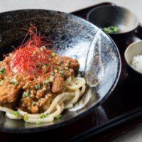 京都勝牛、京山椒がピリリときいた辛み・香り・旨みが癖になる『牛カツ肉味噌冷し坦々うどん』が新登場。