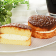 """ローソン、カラメルソースが""""ジュワッ""""と滲み出る「フワジュワケーキ」を新発売。"""