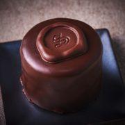 セブンイレブン、高級感あふれる濃厚チョコでコーティングした「ウィーン発祥 ザッハトルテ」数量限定発売。