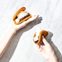 DOU、ワンハンドで気軽に食べられる「生どら焼きミニ」を期間限定で販売。