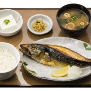 """やよい軒、贅沢まるごと""""一本串焼き""""の「サバの一本焼定食」を新発売。"""