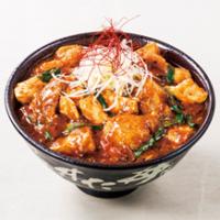 """すた丼屋、厚切り豚バラ肉×特製旨辛ダレの「""""厚熱""""すたみなマーボ丼」が登場。"""