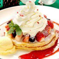 クア・アイナ、クリスマスカラーが華やかなパンケーキが今年も登場。
