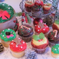 """ローラズ・カップケーキ、ビビッドな""""赤と緑""""のクリスマス限定品の発売を開始。"""