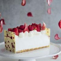 サンドイッチ&ロールケーキ専門店に赤い花をテーマにした上品なX'masロールケーキが誕生。