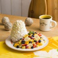 新年のEggs'n Thingsは、山盛りフルーツのパンケーキと4種ミートの贅沢プレート。